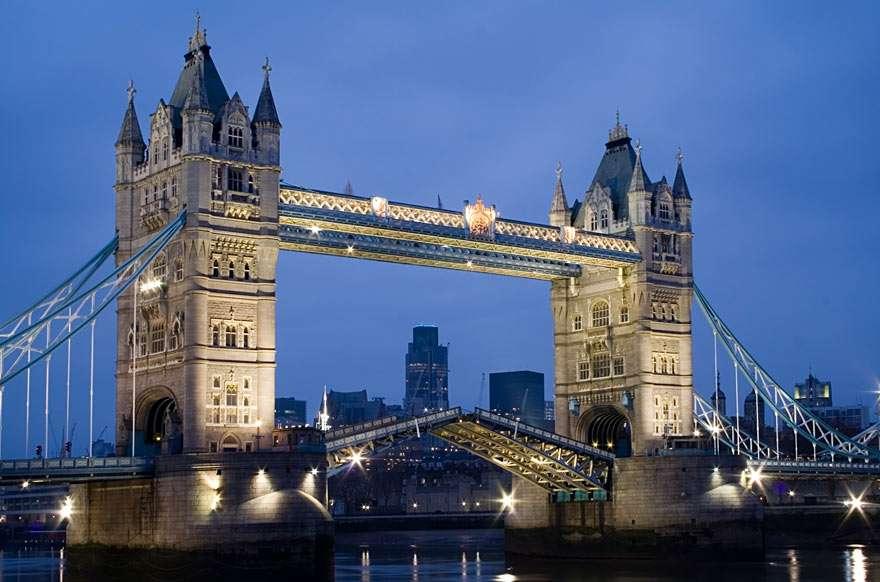 Tower Bridge - A Tower Bridge a Temze folyó hídja, London ikonikus szimbóluma. Közel van a londoni Towerhez, amely a nevét adja. A híd építése 1886-ban kezdődött és nyolc évig tartott. Az eredeti emelő (8×6)