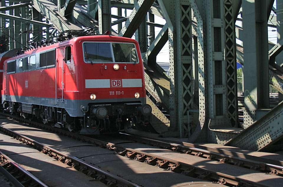 Електрически локомотив - Железопътен мост над река Рейн в Кьолн (16×12)
