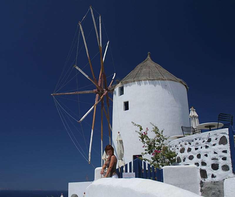 Moinho de vento - Nas ilhas de Santorini, na cidade de Oia (Grécia) (8×7)