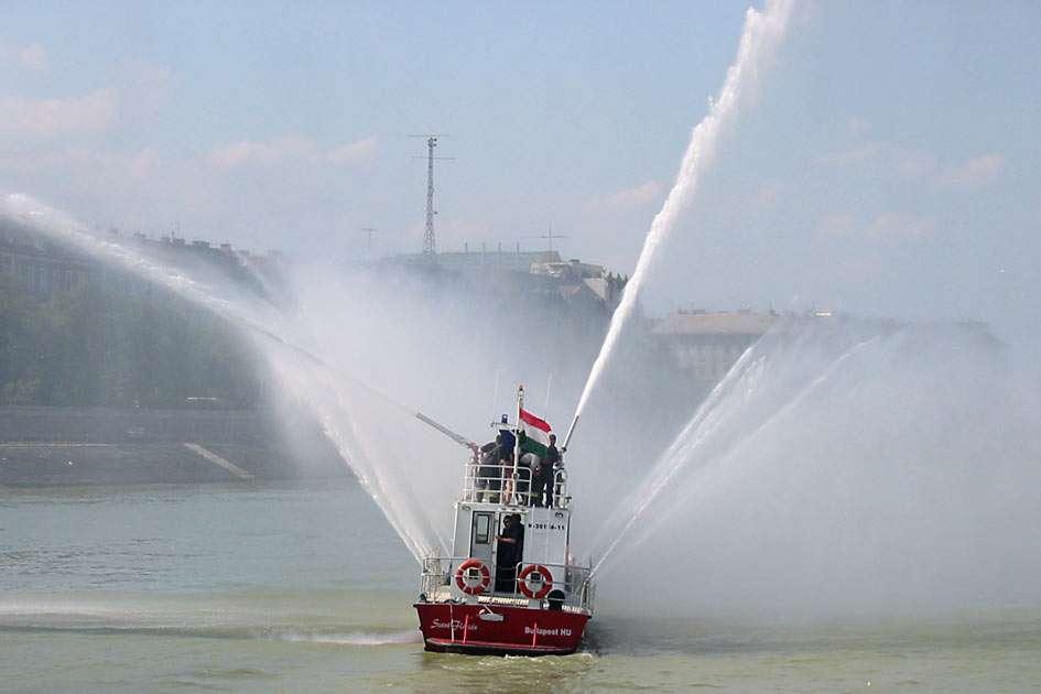 Pompieri de apă - Pompieri în timpul antrenamentului pe barca lor. Râul Dunăre în Budapesta (Ungaria) (9×6)