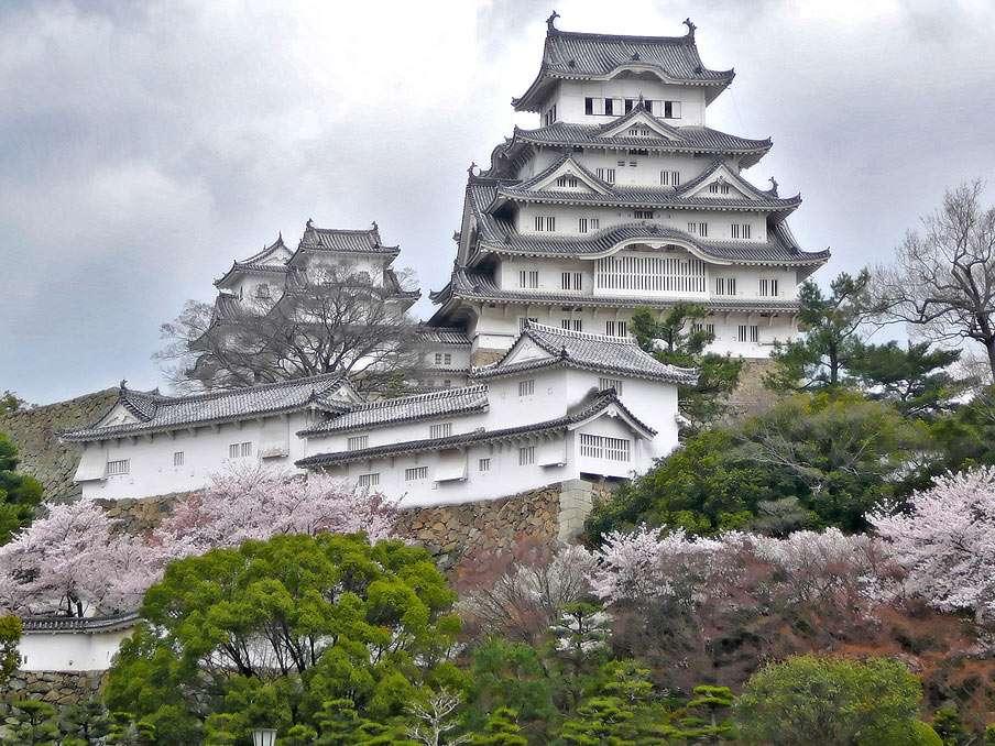 himeji kastély - Japán kastély található Himeji Hyogo prefektúrában. Fehér gémvárként ismert. A középkori Japán egyik legrégebbi fennmaradt építménye (8×6)