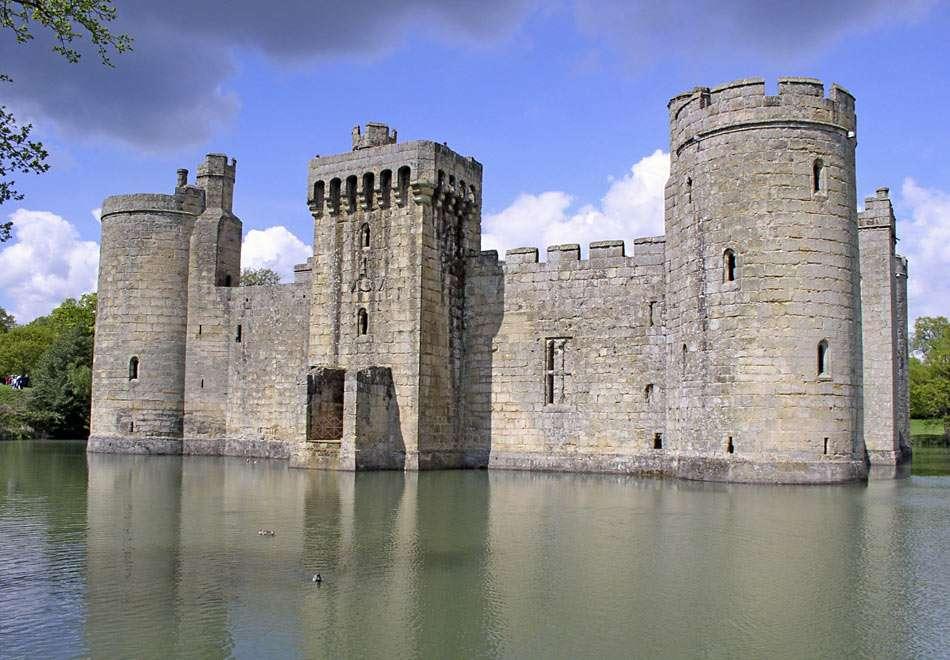 Bodiam Castle i England - Vattenslottet är helt omgivet av en vårmatad vallgrav. Det byggdes 1385 av Sir Edward Dalyngrigge, en före detta riddare av Edward III, förmodligen på begäran av Richard II för att försvara de (10×6)
