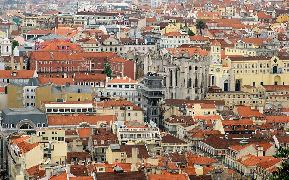 Vista da cidade de lisboa - Lisboa é a capital e maior cidade de Portugal. Lisboa é a capital mais ocidental da Europa continental. Situa-se no oeste do país, na costa do Oceano Atlântico, no ponto onde o rio Tejo desagua no (16×10)