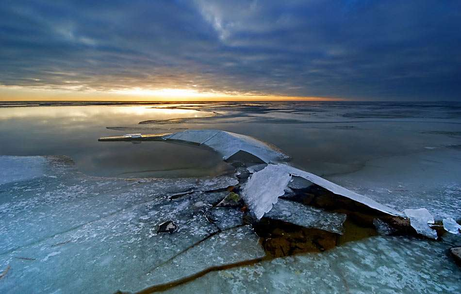 Misztikus tó - Misztikus tó este. A tél gyönyörű évszak (10×6)