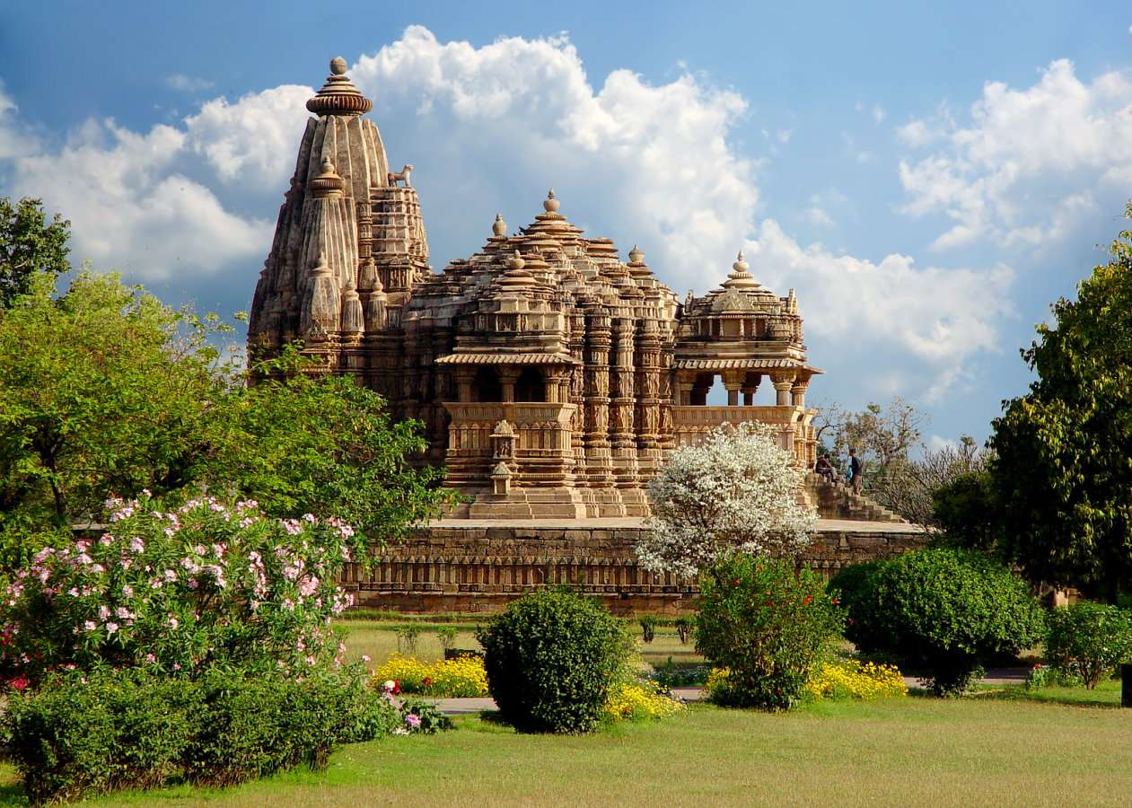 Temple in Khajuraho (India) - Khajuraho is a village in the Indian state of Madhya Pradesh. Khajuraho has the largest group of medieval Hindu and Jain temples. The Khajuraho group of monuments has been listed as a UNESCO World Her (13×9)