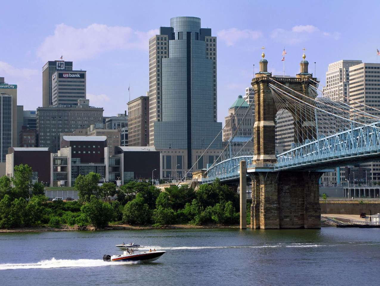 Cincinnati (USA) - Cincinnati is the city in the state of Ohio in the USA. It is situated on the northern bank of the Ohio river. The Cincinnati agglomeration is inhabited by about 1,5 million people. The city itself, f (10×7)
