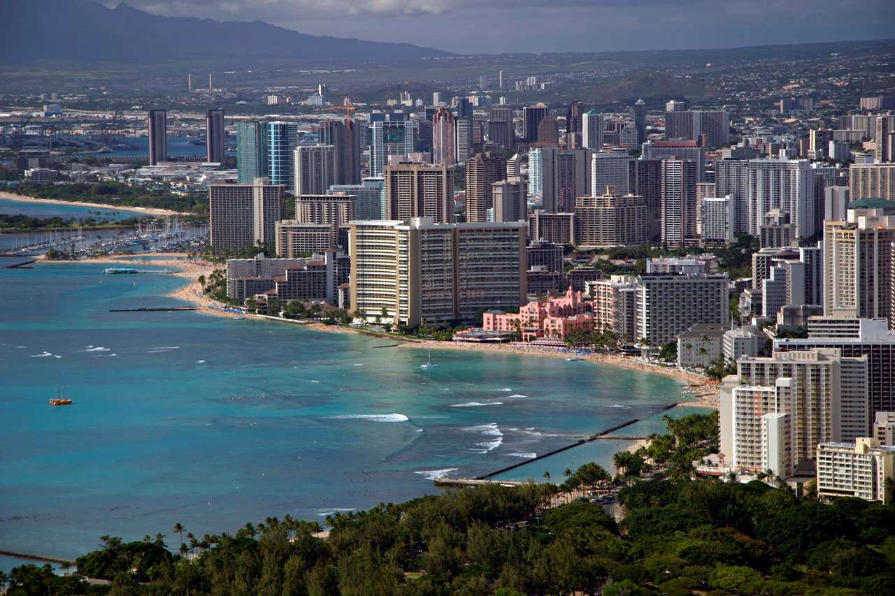 Waikiki Beach in Honolulu (USA) - Waikiki Beach is the tourist centre of the Hawaii Islands. Along the beach there countless hotels. This place is very attractive in terms of tourism. The beach is mostly known due to the Diamond Head (15×10)