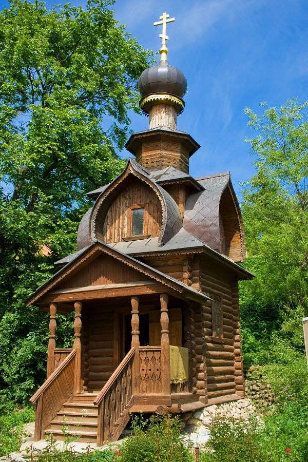 Orthodox Church in Siergiyew Posad (Russia) - St. Sava wooden Orthodox church built in the rectangular form (the ark symbol), has all the typical features of an Orthodox church. The fact that the building was placed on a hill distinguishes it fro (8×12)