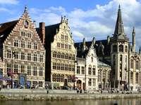 Hyreshus vid kanalen i Gent (Belgien)