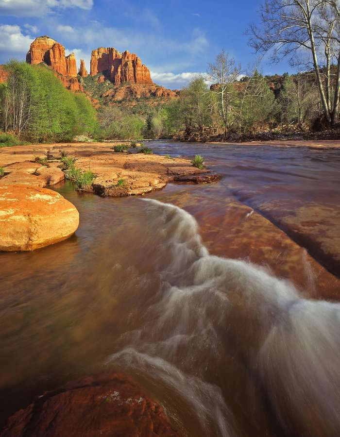 Oak Canyon Creek against Cathedral Rock (USA) - Oak Canyon Creek is located in northern Arizona. Due to the similarity of the name, it is often called a smaller cousin of the Grand Canyon. This river canyon (at its bottom there is the Oak Creek riv (7×9)