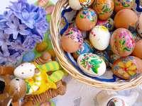 Huevos de Pascua en una canasta