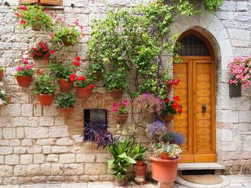 Flowers decorating the entrance in Assisi (Italy)