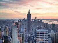 Небостъргачи на Манхатън по здрач (САЩ)