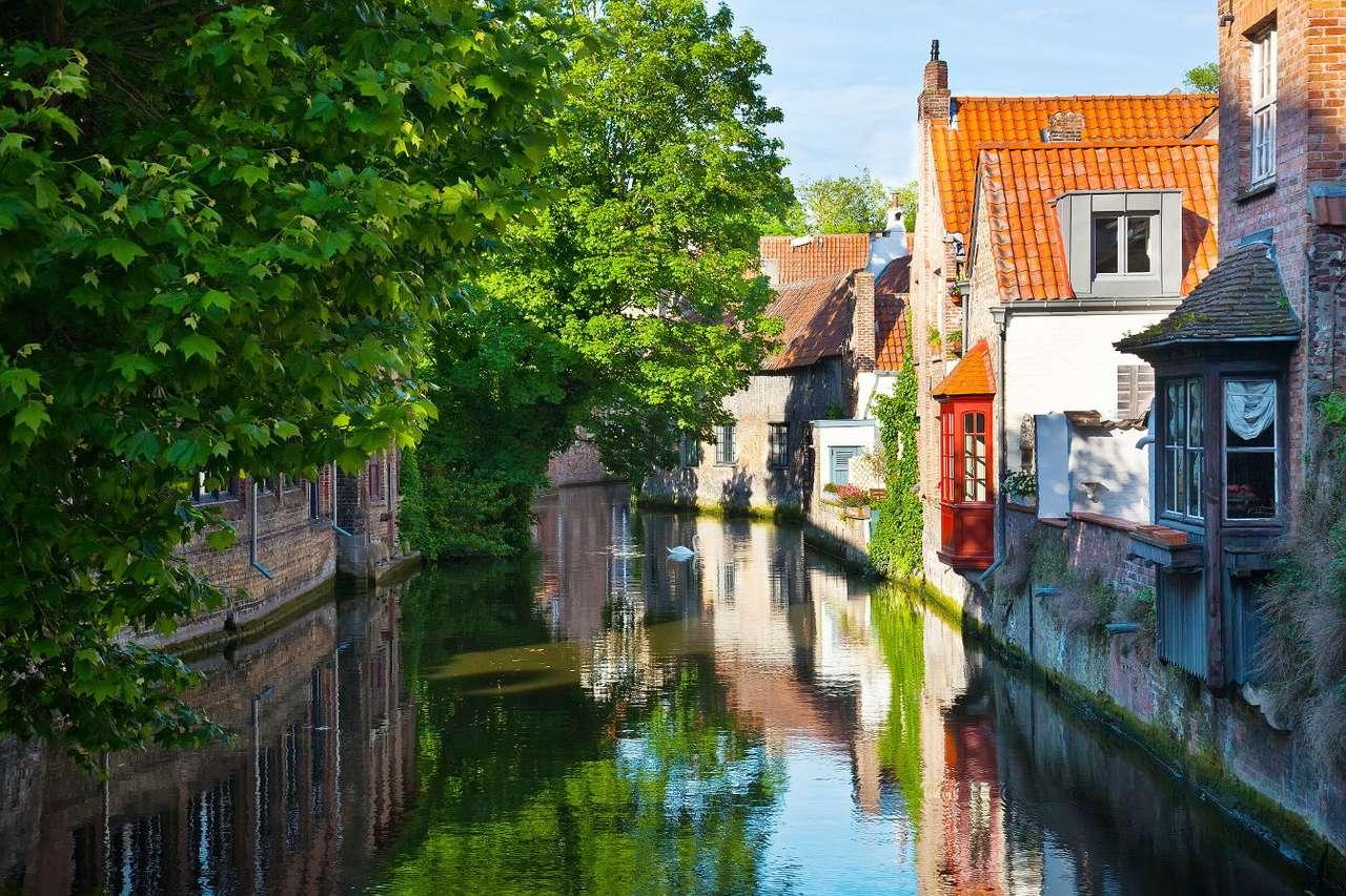 Straat aan een gracht in Brugge (België)