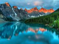 Sunrise over the moraine Lake (Canada)