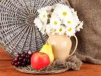 Stilleben med frukter och en bukett blommor