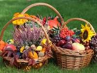 Τρία ψάθινα καλάθια με φθινοπωρινά φρούτα και λουλούδια
