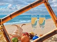 Χριστουγεννιάτικη κάρτα με την παραλία στο παρασκήνιο