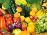 Stillleben von buntem Gemüse und Obst