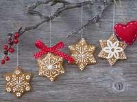 Snowflake μπισκότα μελοψωμάτων στο ξύλινο υπόβαθρο