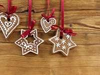 Biscoitos de gengibre de Natal pendurados em fitas vermelhas