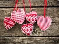 Λευκό-κόκκινο καρδιές σε ξύλινα φόντο