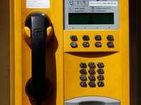 Téléphone dans une cabine téléphonique