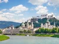 Panorama de Salzburg no rio Salzach (Áustria)