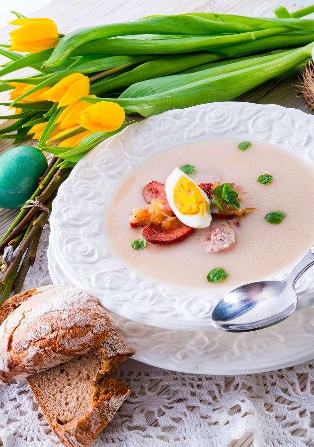 Vit borsch med ägget och korven