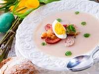 Weißer Borschtsch mit Ei und Wurst