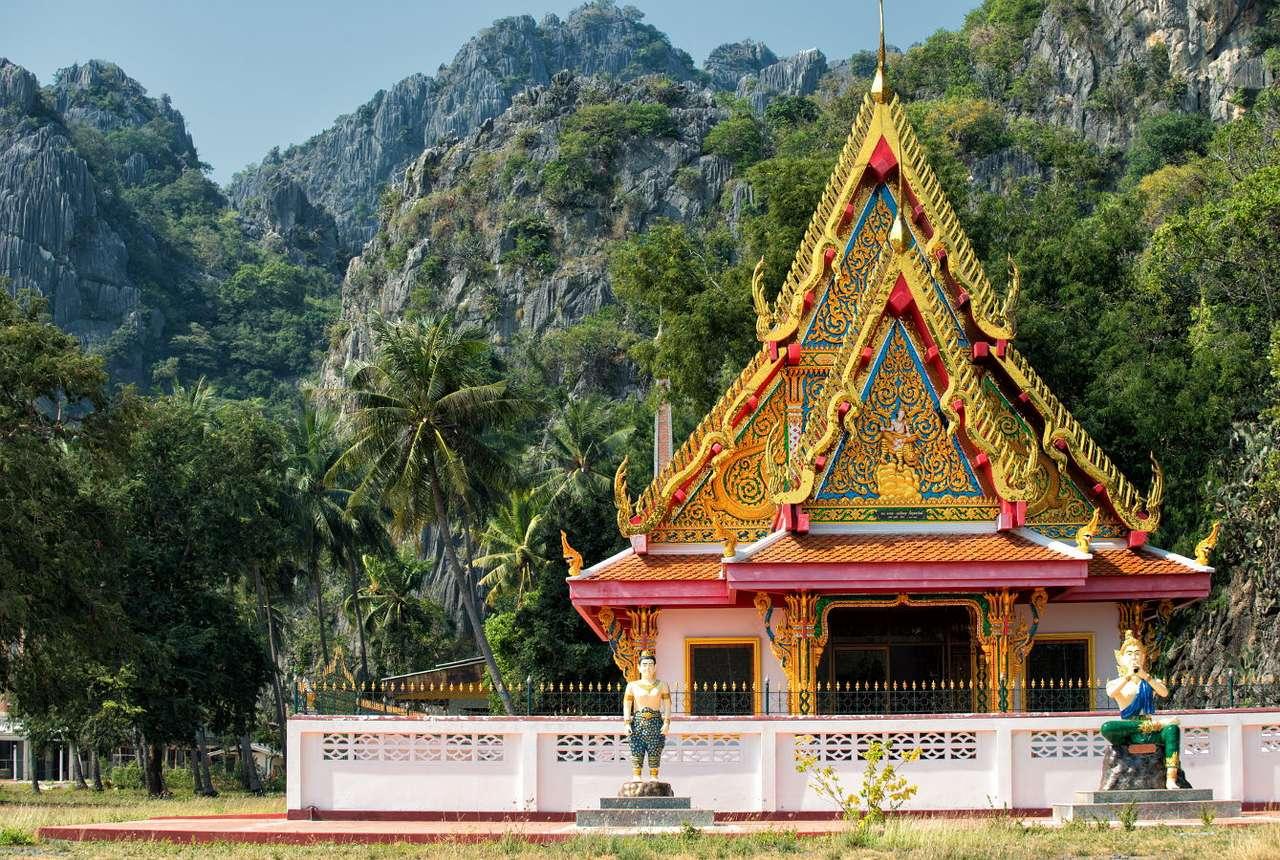 Buddhistický chrám v národním parku Khao Sam Roi Yot (Thajsko) puzzle
