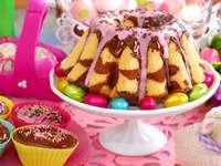 Babka con glaseado de chocolate en la mesa de Pascua