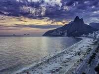 Západ slunce na pláži Ipanema v Rio de Janeiru (Brazílie)