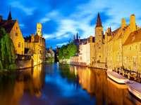 Canal en el centro de Brujas (Bélgica)