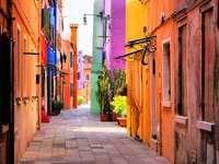 Calle colorida en Burano (Italia)