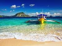 Barco na praia em El-Nido (Filipinas)