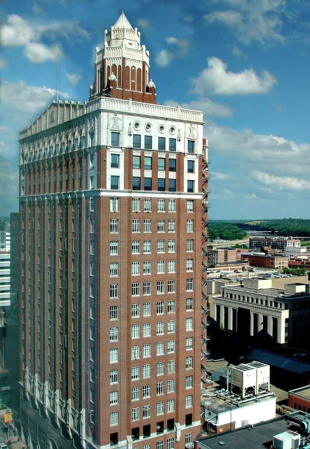 Equitable Building in Des Moines (USA) - Des Moines is the capital of the state of Iowa, it is located in Polk County. The city owes its name to the river of the same name. The headquarters of many companies, including insurance companies, a (7×9)