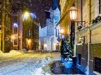 Besneeuwde straten van Riga (Letland)