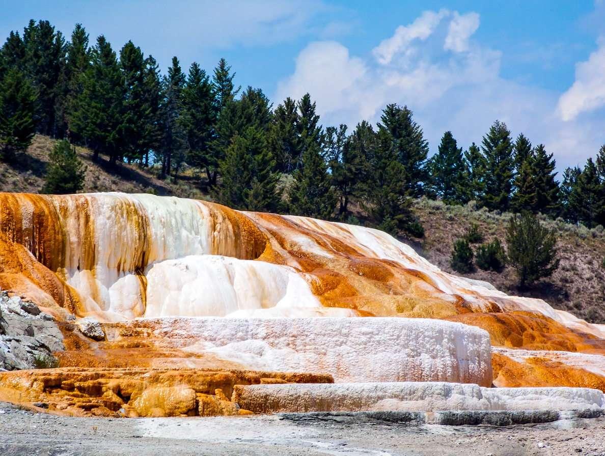 Mammoth Hot Springs en el parque de Yellowstone (EE. UU.)