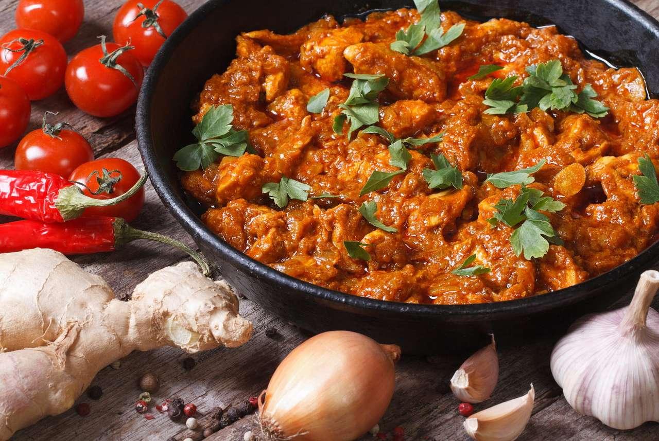 Höna i currysås på en trätabell