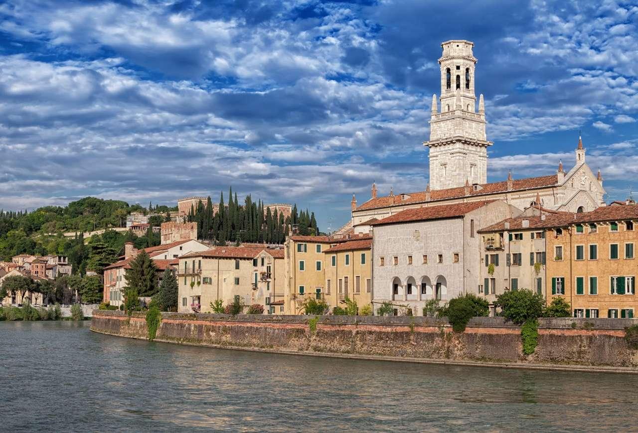 Verona com a catedral ao fundo (Itália)