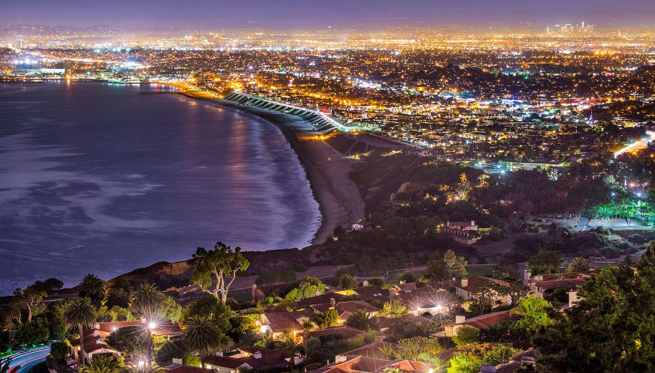 Los Angeles coast seen from Rancho Palos Verdes (USA) - Rancho Palos Verdes is a small town located in the state of California, in Los Angeles County. It is situated on a picturesque hill, which grows directly from the Pacific Ocean. Its name probably come (10×6)