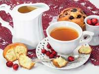 Šálek čaje a muffin s brusinkami