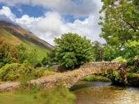 Puente de piedra en la aldea de Wasdale Head (Reino Unido)