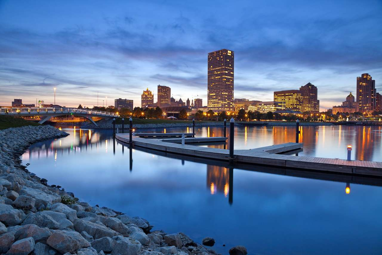 Evening panorama of Milwaukee (USA) - Milwaukee, which is located in the northeastern part of the United States, has three founding fathers, who founded their own settlements in the area of today's city in the 19th century. An interesti (9×6)