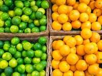 Lime és narancs kosárban egy piaci standon kirakós játék