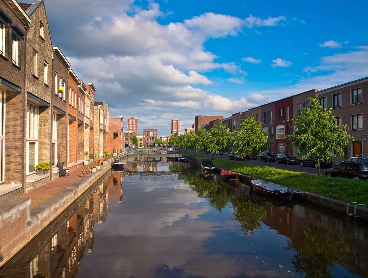 Traditional buildings along a canal in Amersfoort (Netherlands) online puzzle