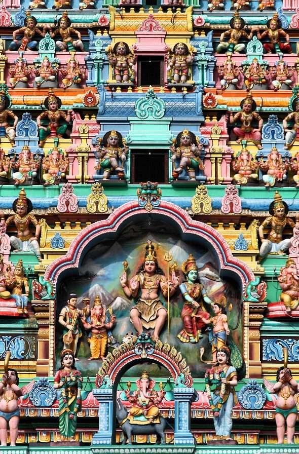 Bunte Fassade des Sri Veeramakaliamman Tempels (Singapur)