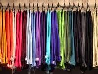 Kleiderbügel mit bunten Hosen