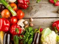 Grönsaker på en trätabell